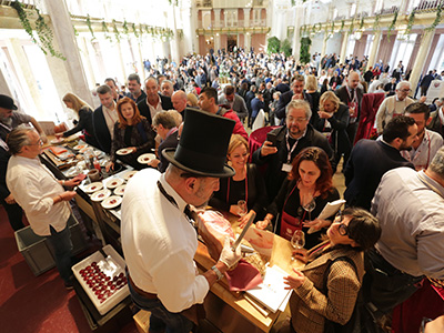 Nell'ultima giornata del Merano WineFestival il Kurhaus ospita una sfilata glamour con le migliori aziende produttrici di Champagne