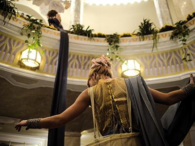 Die Rotunde ist das luxuriöse Foyer des Kurhauses. Die breiten Treppen führen zur zweiten der drei Ebenen der Rotunde und zur Galerie.
